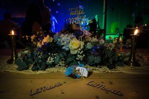 Table des mariés, on peut y lire Table des Mariés, le marié et la mariée ambiance à la bougie